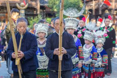 【中国・西江千戸苗寨】圧巻の建築美と、20kgの衣装を身にまとうミャオ族に心奪われながらの11時間散歩